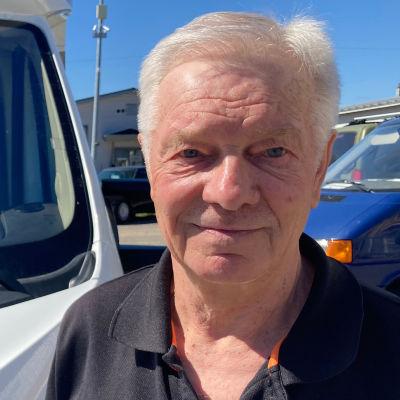Rovaniemeläinen matkailuautoilija Seppo Hedemäki seisoo autonsa edessä