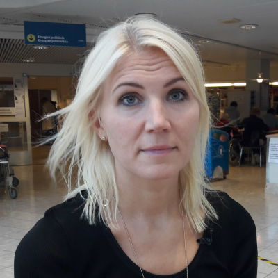Vasa sjukvårdsdistrikts direktör Marina Kinnunen vid ingången till Vasa centralsjukhus.
