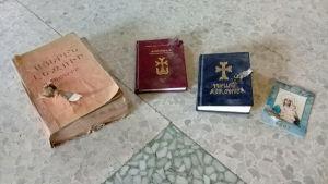 Kristna böcker genomskjutna av kulor i Raqqa.