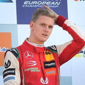Mick Schumacher på prispallen i formel 3.