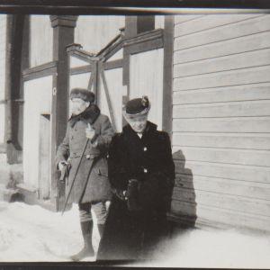 Akseli och Mary Gallen-Kallela  1922 utanför hemmet i Borgå vid Ågatan 47
