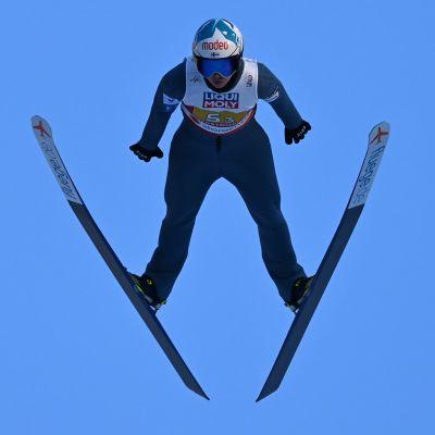 Julia Kykkänen hoppar backhoppning.