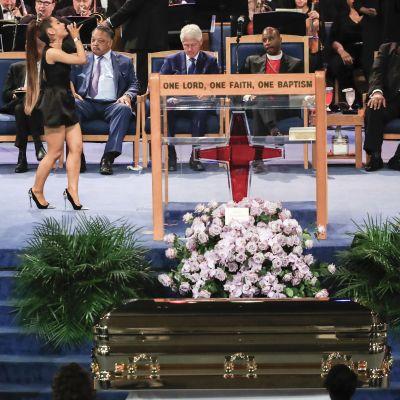 Nuori laulajatähti Ariana Grande esiintyi Aretha Franklinin hautajaisissa 31. elokuuta.