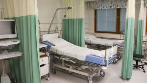 Ett rum med sjukhussäng på Borgå sjukhus.