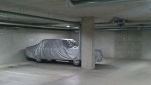 Auto autohallissa