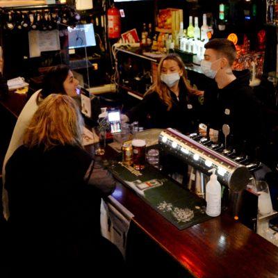 Nattkaféverksamhet i baren Populus på Aleksis Kivis gata i Helsingfors den 21 november 2020.