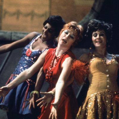 Shirley MacLaine (keskellä) elokuvassa Sweet Charity.