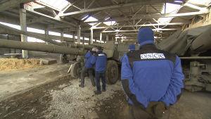 OSCEn tarkkailijat tutkivat panssarivaunua