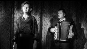 Elina Salo ja Matti Rantanen esittävät chansonin Aki Kaurismäen elokuvassa JUha (1999).