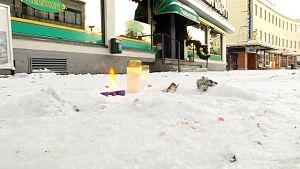 Ljus utanför restaurang Vuoksenvahti i Imatra där tre kvinnor sköts ihjäl.