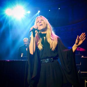 Krista Siegfrids uppräder i femte avsnittet av Nästan unplugged.
