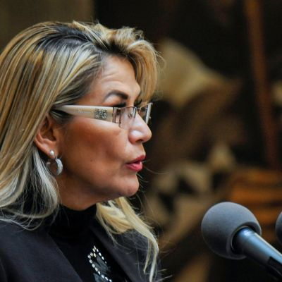 Bolivias tillfälliga president Jeanine Anez talar i mikrofon i presidentpalatset i huvudstaden La Paz.