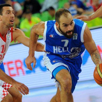 Vassilis Spanoulis karkaa pallon kanssa Roko Ukicin vartioinnista