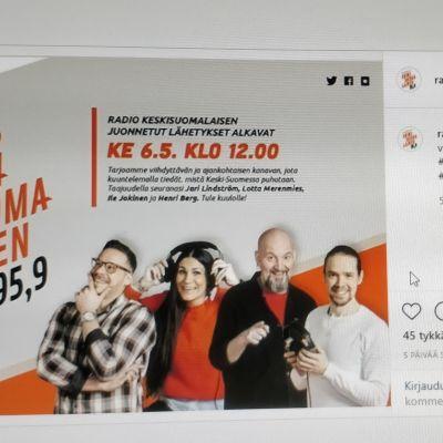 Kuvakaapaus Radio Keskisuomalaisen Instagram tilillä olevasta ilmoituksesta, jossa kerrotaan uuden radiokanavan aloitusajankohdasta. Kuvassa kanavan juontajat Jari Lindström, Lotta Merenmies, Ile Jokinen ja Henri Berg.