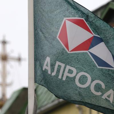 Företagets flagga utanför huvudkontoret.