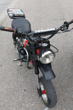Moped som saknar frambroms.