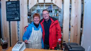 Ny värdinna på Backom café & pub i Hitis är Monica Lundén. Hennes sambo Tage Holmberg hör till hjälpkrafterna.