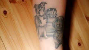 Tatuering som föreställer två hundar.