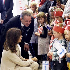 Kronprinsessan av Danmark Mary hälsar på barn tillsammans med Helsingfors borgmästare Jan Vapaavuori