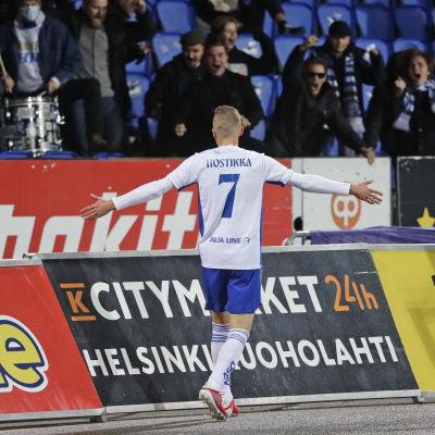 Santeri Hostikka firar med fansen.