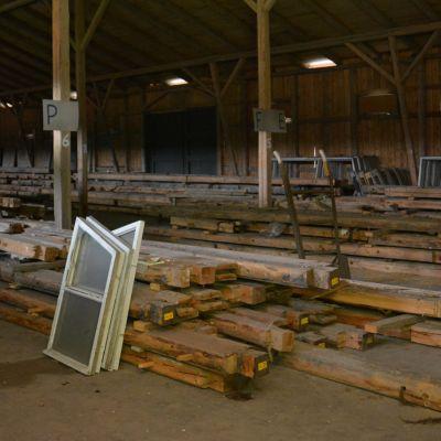 Matti Visannin 1920-luvulla suunnitteleman kauppalantalon hirret talletettiin mahdollista uusiokäyttöä varten, kun talo purettiin Seinäjoen Itikanmäeltä vuonna 1989.