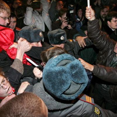 Ryska myndigheter har slagit hårt ner på spontana demonstrationer. Här kväser polisen en pro-kommunistisk protest i Moskva