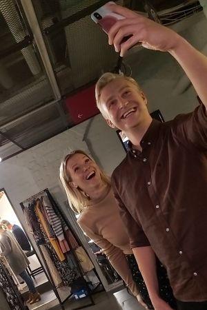 Janne Grönroos tar en selfie på sig och Sonja Kailassaari bakom kulisserna på Efter Nio.