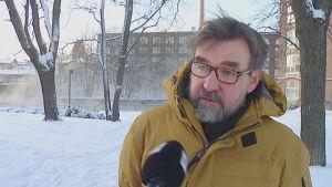 Vargarna i sydvästra Finland syns mera än vargarna i öster, säger vargforskare Ilpo Kojola.