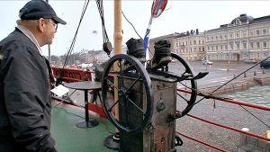 Punainen laiva hinataan Helsingin kauppatorin laituriin. Maailman pienimpiin lukeutuva uiva merimuseo avaa ovensa.