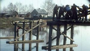 Kauppa ja posti olivat joen toisella puolen, lapsetkin olivat vaarassa. Oli tehtävä silta! Tarina pohjalaisten talkoohengestä.