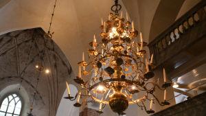 En stor ljuskrona i Borgå domkyrka.