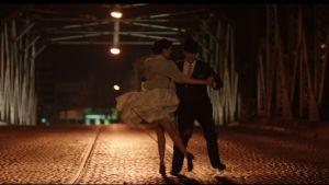 Tangoa tanssiva pari öisellä sillalla. Kuva German Kralin elokuvasta Viimeinen tango.