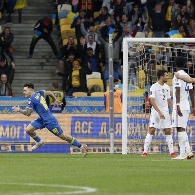 Mykola Sjaparenko gör mål mot Frankrike.
