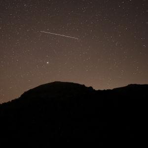 En meteor på en stjärnhimmel