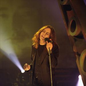Laulaja Ville Valo esiintyy Laulava sydän -ohjelmassa 1999.
