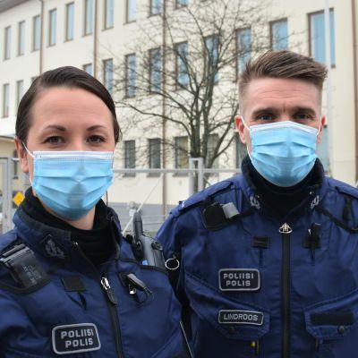 Én manlig och en kvinnlig polis