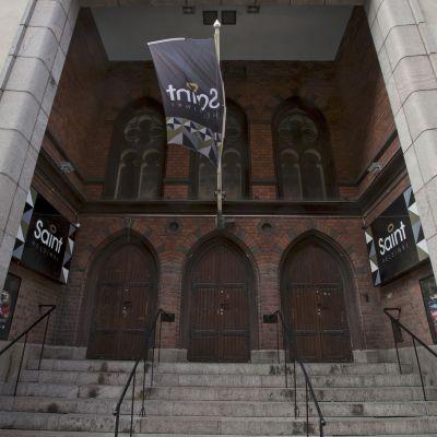 Yökerhokäytössä olleen kirkon sisäänkäynti.