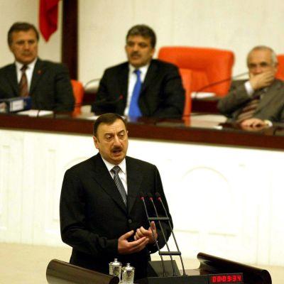 Azerbajdzjans president Ilhan Aliyev håller tal.