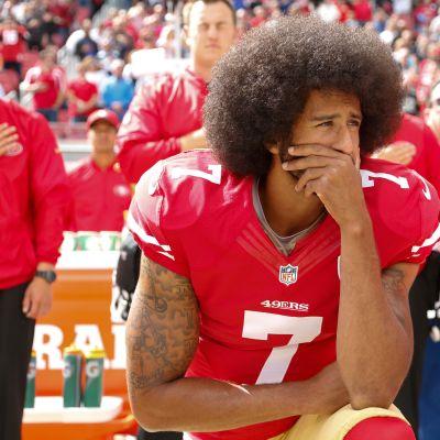 San Francisco 49ers -joukkueen pelaaja Colin Kaepernick protestoi mustiin kohdistuvaa poliisiväkivaltaa polvistumalla lokakuussa 2016 ottelua edeltävän kansallislaulun aikana.