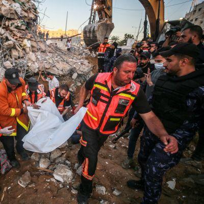 Räddningspersonal i ruinerna efter ett palestinskt hus som bombats i  Beit Lahia, Gaza 13.5.2021