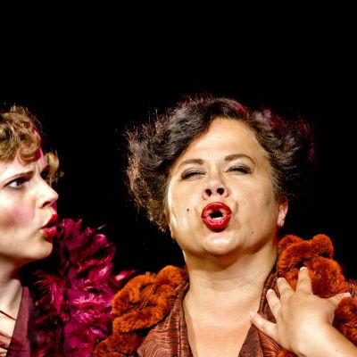 Terttu Iso-Oja och Minna-Sisko Mutanen i Der Silbersee Karelby operasommar 2014