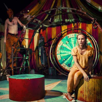 Carl Alm och Malin Olkkola i Hamlet sade det vackrare på Wasa Teater.