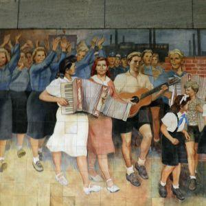 Sosialistista realismia edustava seinämaalaus Itä-Berliinistä