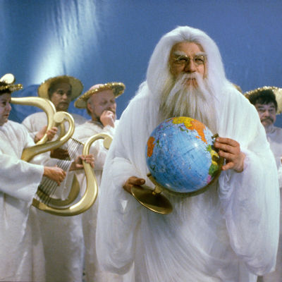 Jumala (Leo Lastumäki) taivaallisine seurueineen aiheuttaa monenlaista mullistusta maapallolla.