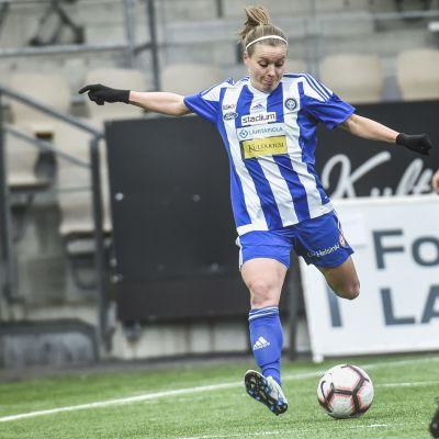 Essi Sainio från HJK avfyrar ett skott.