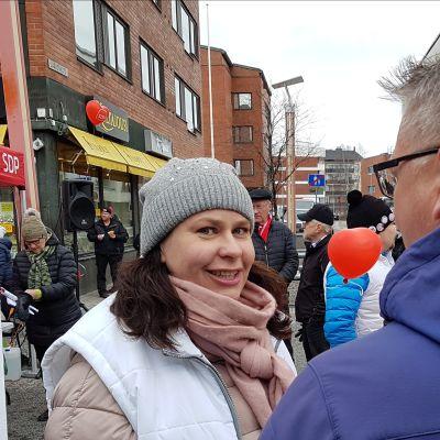 Johanna Ojala-Niemelä (sd.) Rovaniemen Lordin aukiolla 113.4.2019.