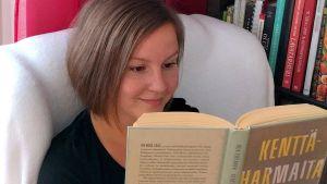 Nannan kirjakimara -bloggaaja luke Irja Virtasen romaania Kenttäharmaita naisia