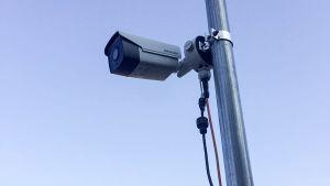 Kamera som registrerar bilarnas registerskyltar.