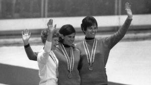 Kaija Mustonen (t.v.) tar silver på 3000 meter bakom Johanna Schut och Christina Kaiser, OS 1968.