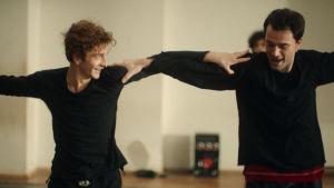 Merab (Levan Gelbakhiani) och Irakli (Bachi Valishvili) dansar tillsammans.